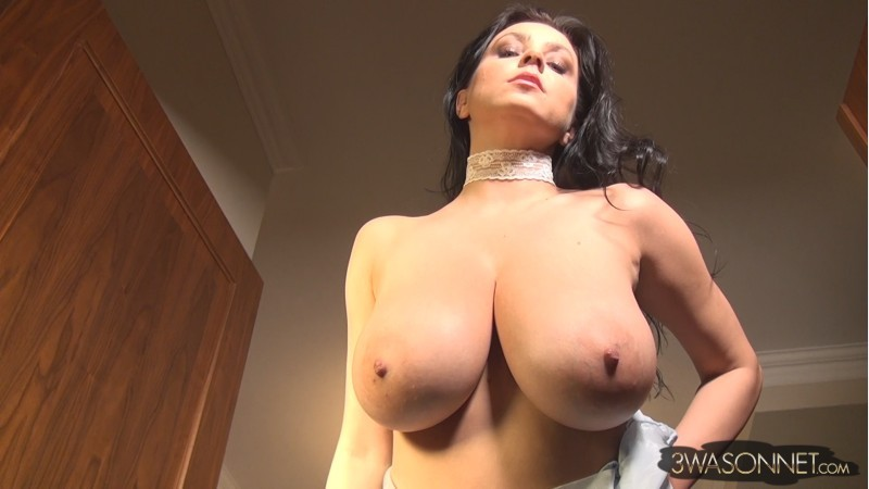 Ewa Sonnet – Amazing Tits Bouncing While Walking FullHD 1080p