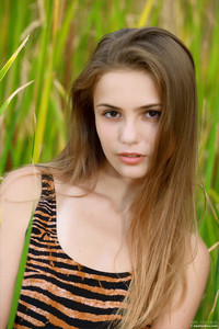 Elle-Hiding-In-The-Grass--v6ta54hhdv.jpg
